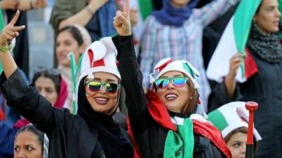মাঠে খেলা দেখলেন ইরানি নারীরা