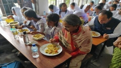 ছাত্রীদের সঙ্গে স্কুলের বেঞ্চে বসেই ডিম-খিচুড়ি খেলেন দীপুমনি