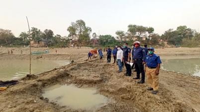 আত্রাই নদীতে বাঁধ দিয়ে মাছ ধরা বন্ধ করলেন ইউএনও