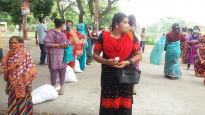 সাংসদ জিএম সিরাজের সহায়তায় খাদ্য সামগ্রী পেলেন হিজড়ারা