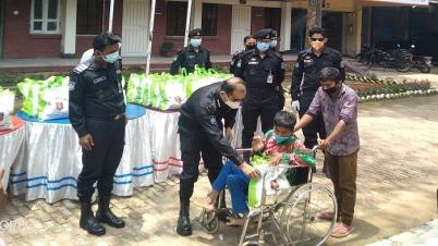 দুস্থ প্রতিবন্ধীদের মাঝে ঈদ উপহার দিলো র্যাব