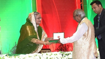 স্বাধীনতা পদক-২০১৯ হস্তান্তর করলেন প্রধানমন্ত্রী